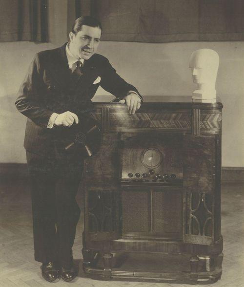 Carlos Gardel posa junto al radio RCA Victor